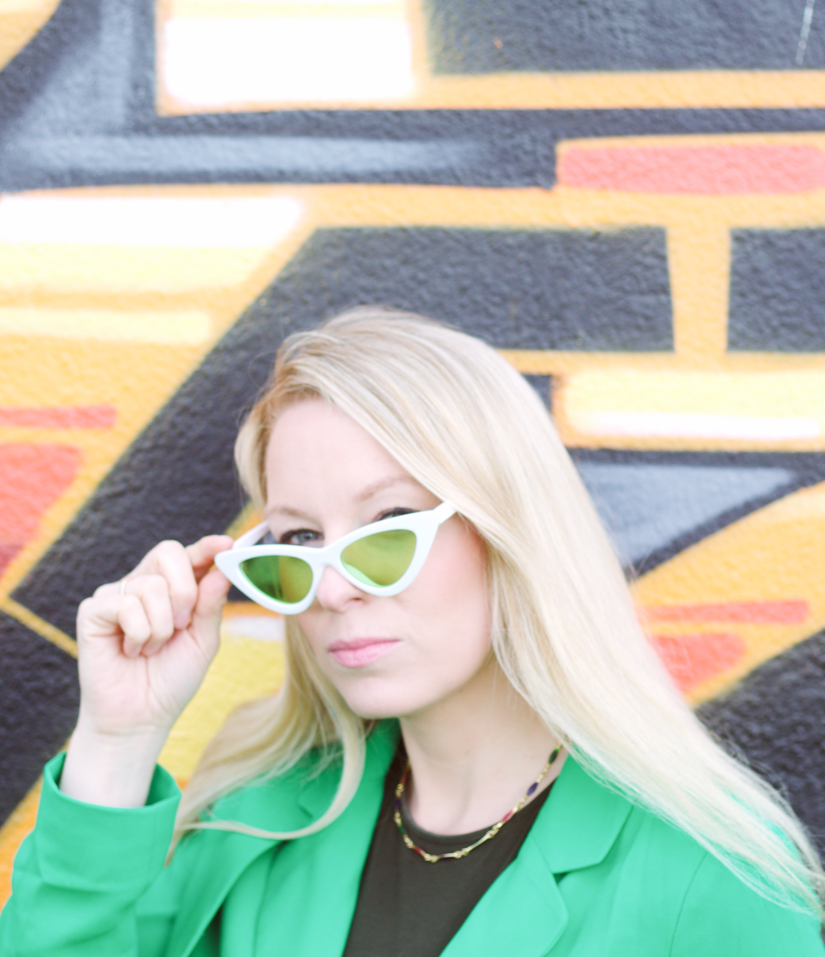 Outfit: Trenchcoat und Cat-Eye-Sonnenbrille graphic