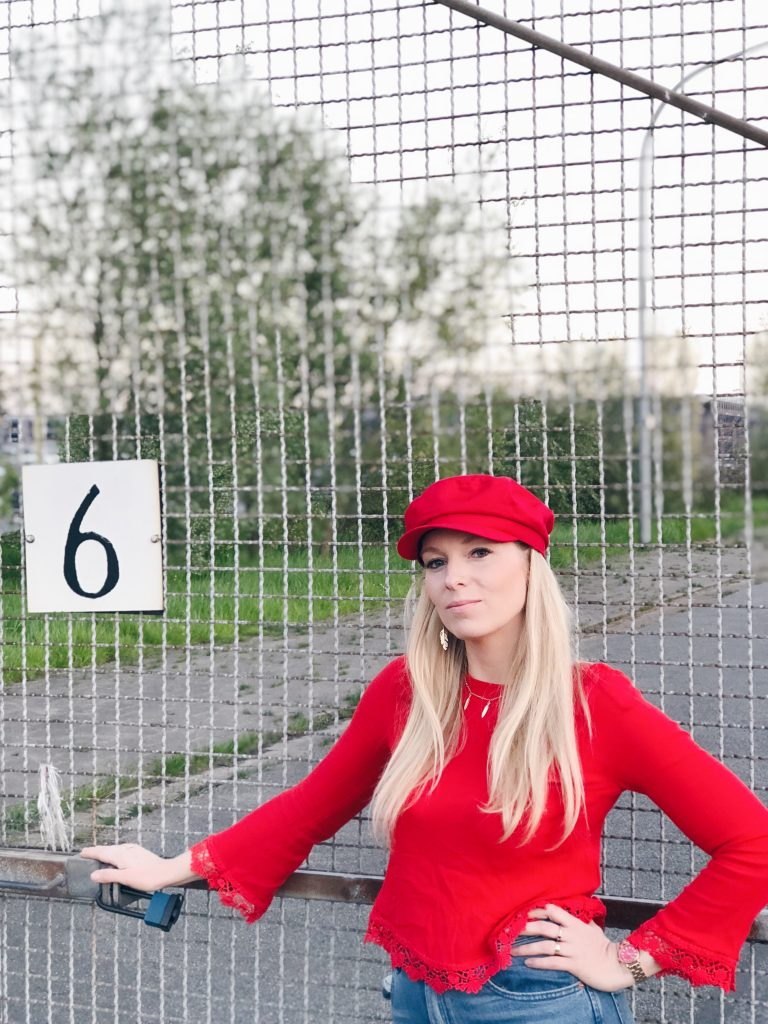 Trend Outfit: Baker-Boy-Mütze und all red graphic